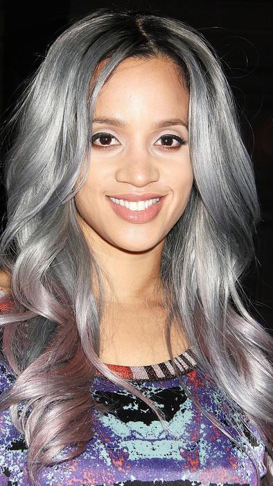 Dascha Polanco con cabello gris durante la semana de la moda de Nueva York 2015