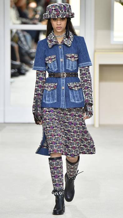 Modelo con chaqueta de jean en la pasarela de Chanel