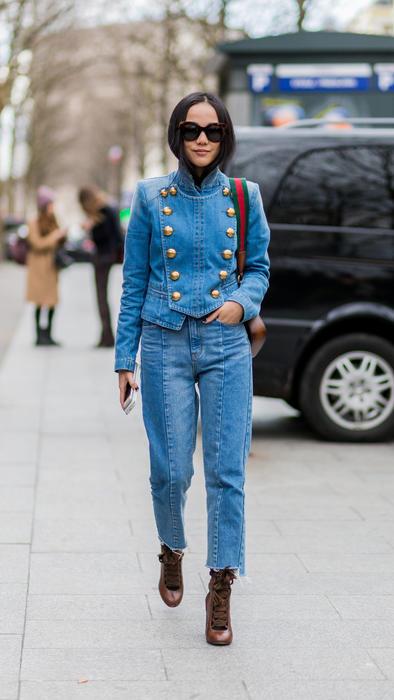 Look denim sobre denim en el Street Style del MBFW París