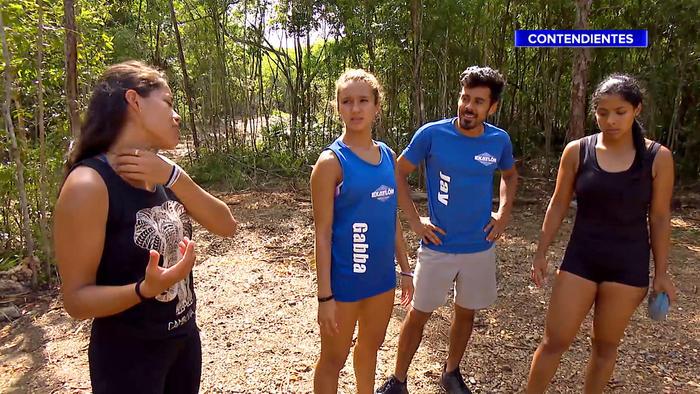 Denisse Novoa habla con sus compañeros y se rasca