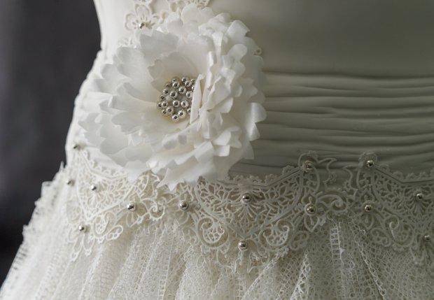 Detalle del pastel con forma de vestido de novia