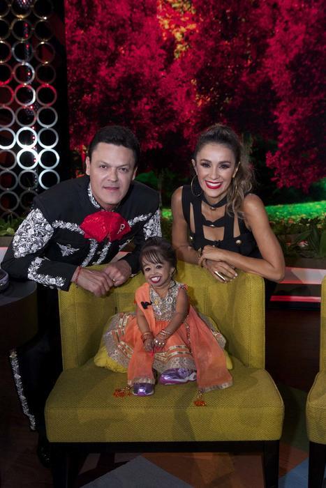 Pedro Fernández y Catherine Siachoque con la mujer más pequeña del mundo