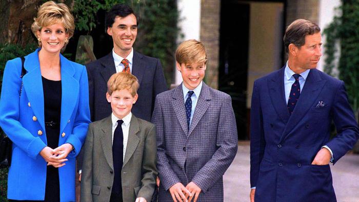 Diana de Gales con sus hijos y el príncipe Carlos