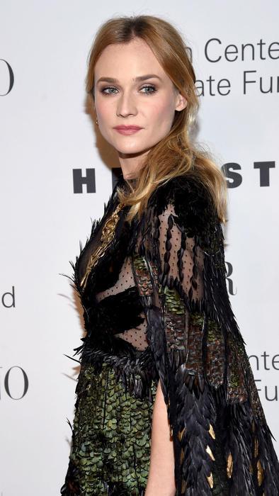 Diane Kruger con vestido negro y verde con plumas