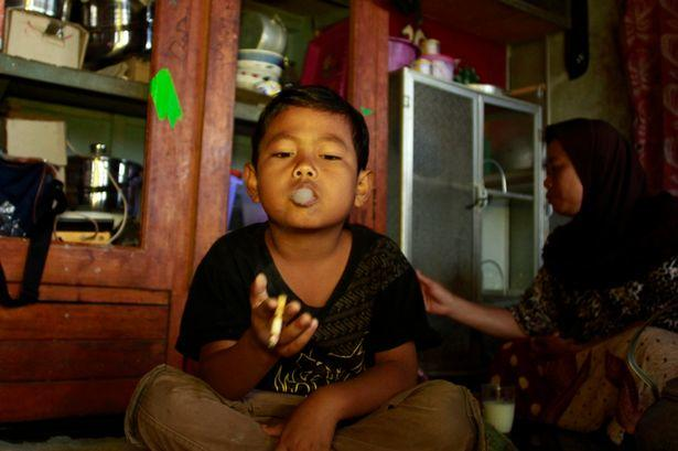 Dihan Awalidan fumando en su casa