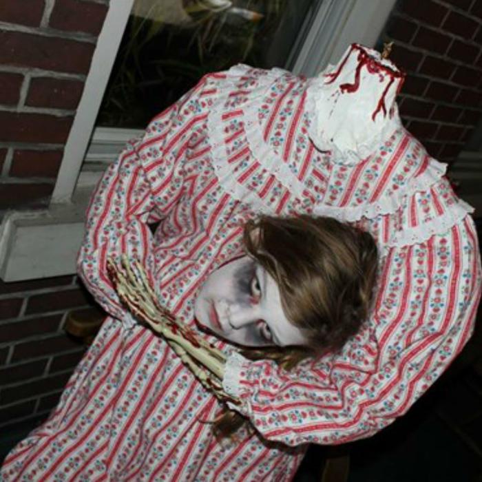 Niña disfrazada de zombie