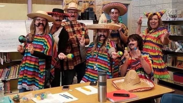 Maestros disfrazados de mexicanos.