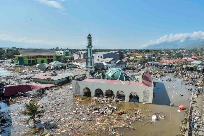 Una vista aérea de la mezquita Baiturrahman que fue golpeada por un tsunami que se desencadenó después de un terremoto en West Palu, Sulawesi Central.
