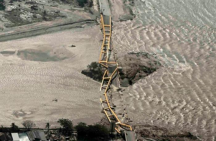 Una vista aérea muestra el puente dañado el tsunami en Palu, Sulawesi Central. Foto: Antara Foto / Muhammad Adimaja a través de REUTERS