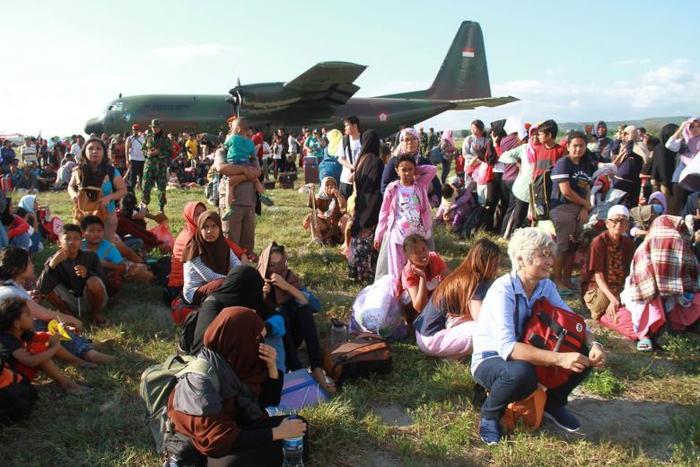 Residentes locales afectados por el terremoto y el tsunami esperan que los aviones militares los transporten en el aeropuerto Mutiara Sis Al Jufri en Palu, Sulawesi Central. Antara Foto / Akbar Tado / via REUTERS