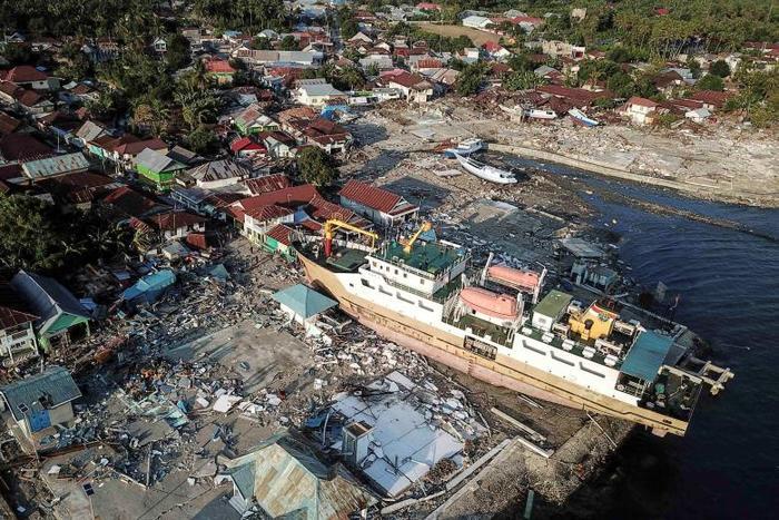 Barco varado en la orilla luego de que un terremoto y un tsunami azotaran la zona en Wani, Donggala, Sulawesi Central.