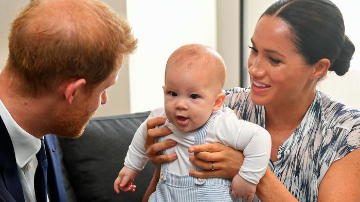 Duques de Sussex con bebé Archie