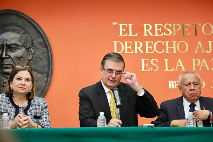 El canciller mexicano, Marcelo Ebrard (centro), pidió que EEUU congele el tráfico de armas hacia México, que contribuye a la violencia en ese país.