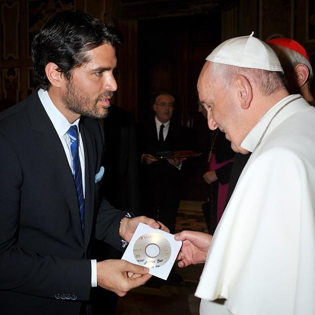 Eduardo Verástegui en el vaticano con el papa Francisco.