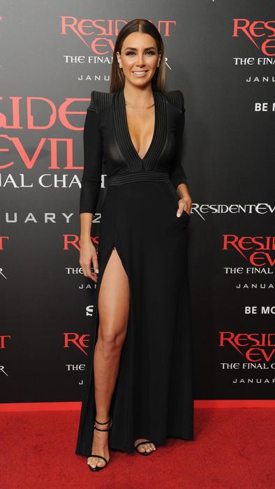 Elizabeth Gutiérrez con vestido negro