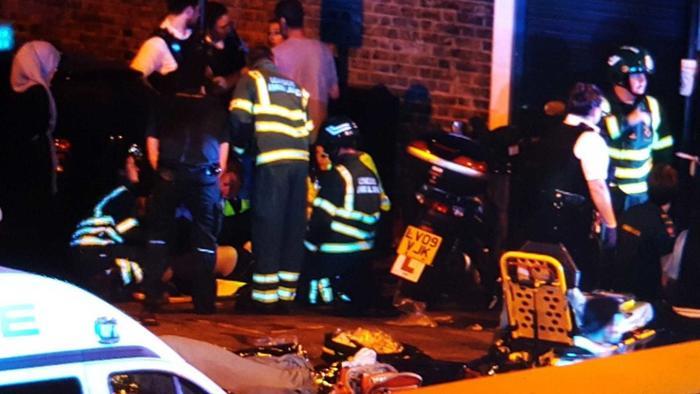 Equipos de emeregencia atienden a los heridos que dejó un vehículo tras embestir a peatones en Londres el domingo 18 de junio del 2017