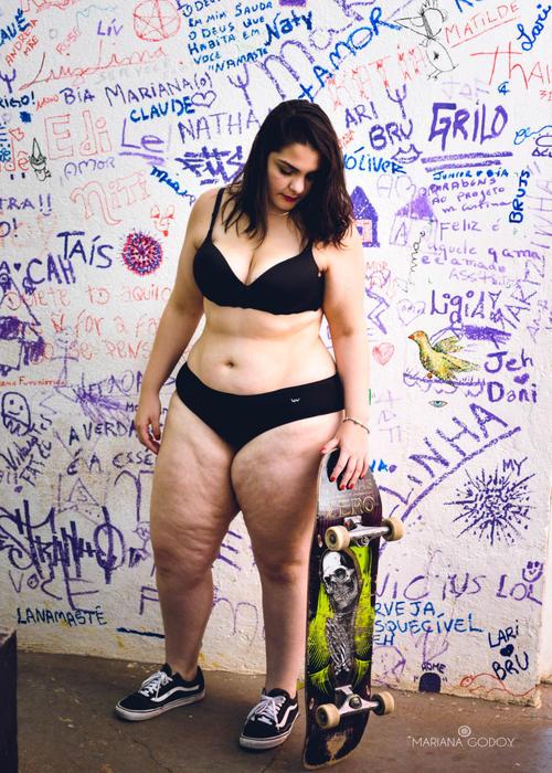 Modelo gorda con patineta