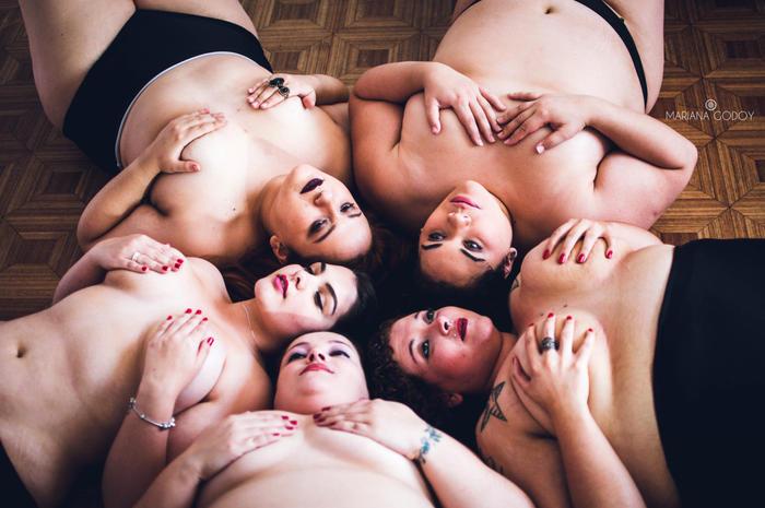 """Modelos en el suelo en la serie de fotos """"Empoderarte me"""""""