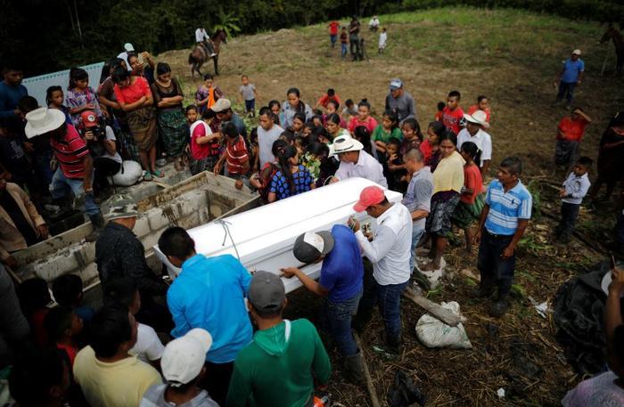 Residentes locales asisten al funeral de Jakelin Caal.