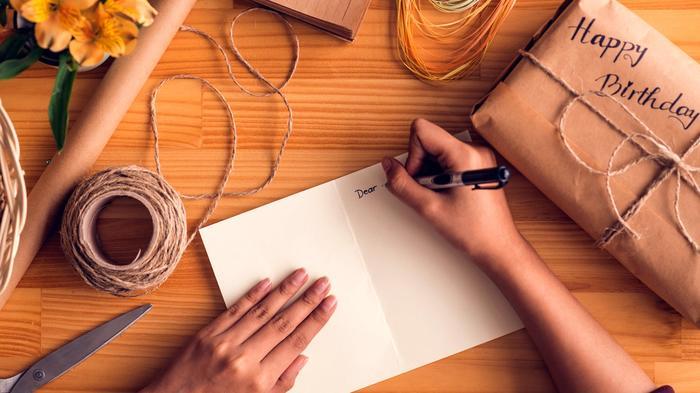 escribiendo tarjeta regalo