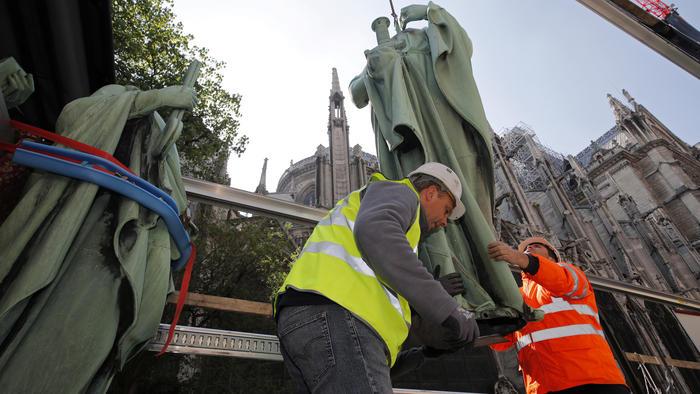 Estatuas de Notre Dame cuando estaban siendo sacadas de la catedral días antes de que se declarara incendio masivo