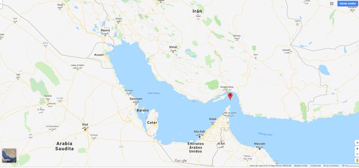 Captura de pantalla de la aplicación Google Maps donde se muestra el Estrecho de Ormuz (punto rojo), al sur de Irán y el norte de Arabia Saudit