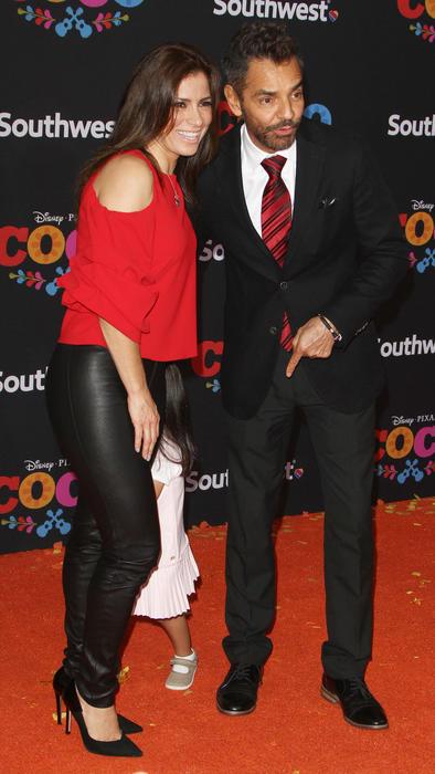 Eugenio Derbez con Alessandra Rosaldo en el estreno de Coco