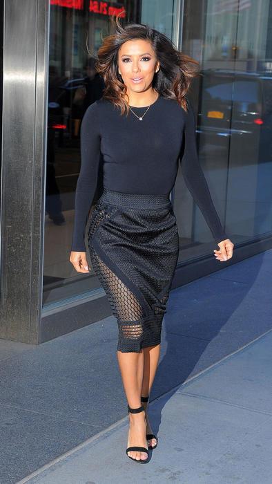 Eva Longoria saliendo de 'The Late Night Show with Stephen Colbert'