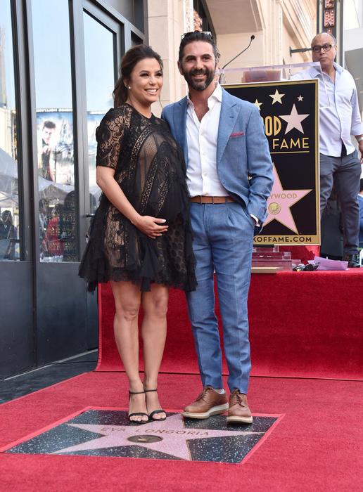 Eva Longoria con su esposo Pepe en el paseo de fama en Hollywood