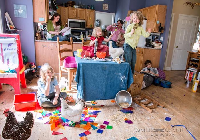 Familia disfuncional en la cocina con gallinas