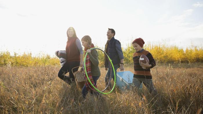 Familia en paseo otoñal