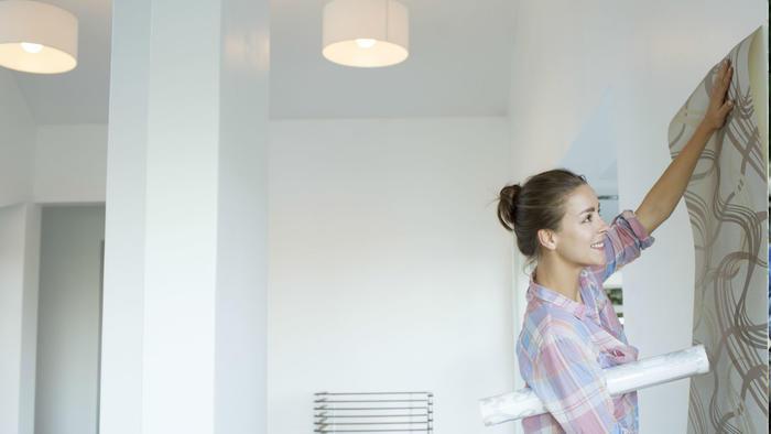 Mujer decorando la pared