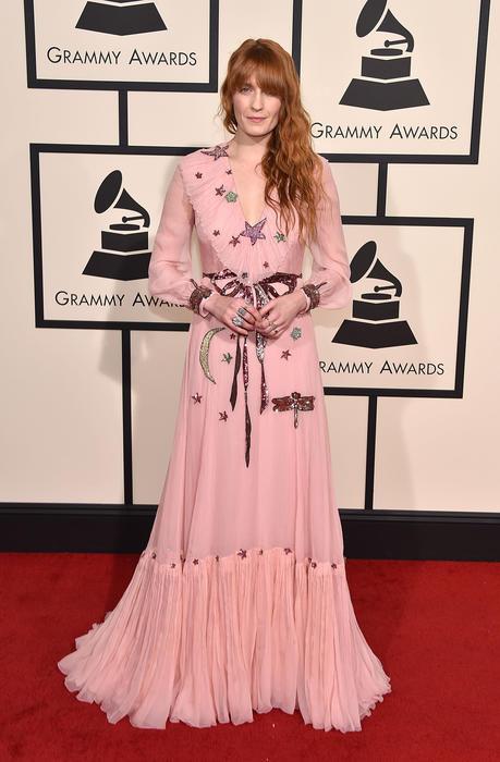 Florence Welch sobre la alfombra roja de los premios Grammy 2016