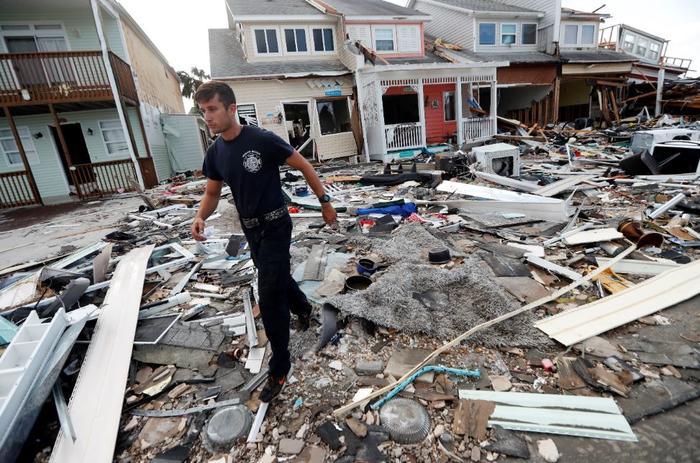 Un bombero este jueves realiza labores de rescate en Mexico Beach, Florida.
