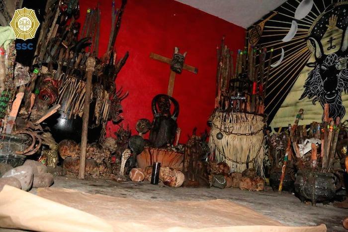 Habitación con objetos para realizar algún ritual de brujería y ofrendas.