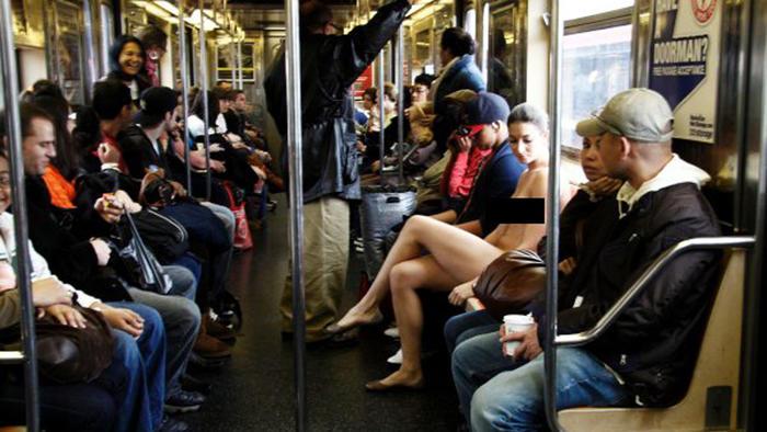 Foto de Erica Simone, fotógrafa desnuda en el metro de Nueva York