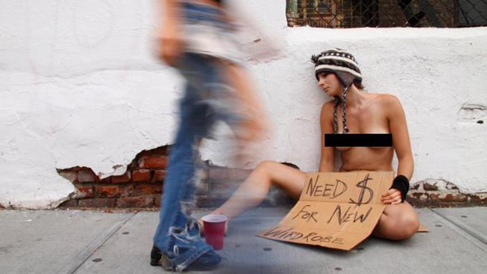 Foto de Erica Simone, fotógrafa desnuda en la calle de Nueva York