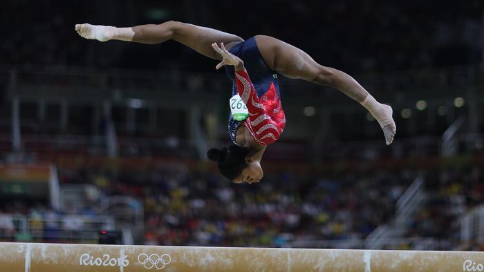 Gabby Douglas en el aire