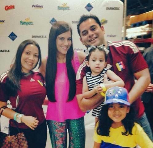 Gaby Espino con sus fans en un evento