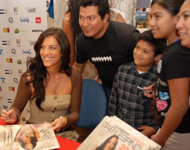 Gaby Espino con sus fans