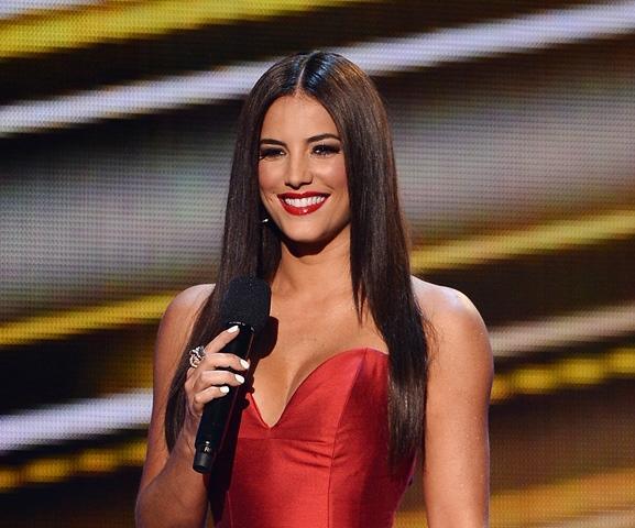 Gaby Espino presentando en un vestido rojo