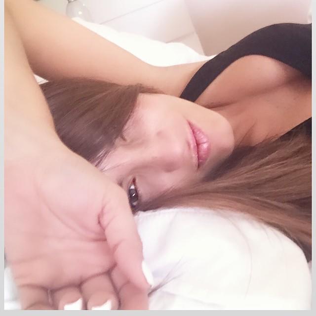 Gaby Espino sacando un selfie en su cama