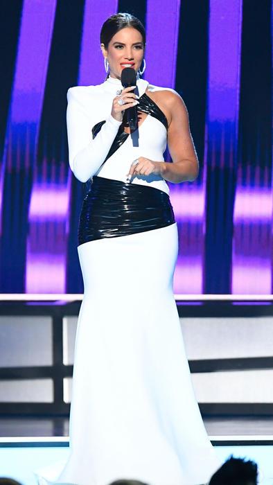 Gaby Espino vestido blanco con negro.