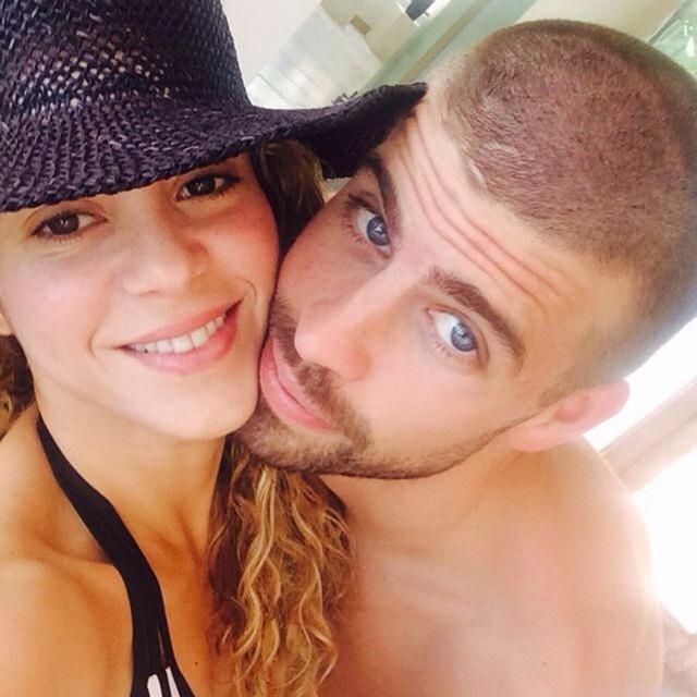 Gerard Piqué y Shakira tomando un selfie