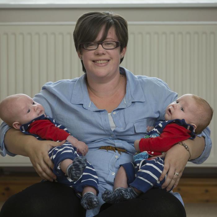 Bebé con sus gemelos