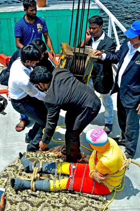 Chanchal Lahiri se lanzó al río desde una grúa frente a miembros de su familia