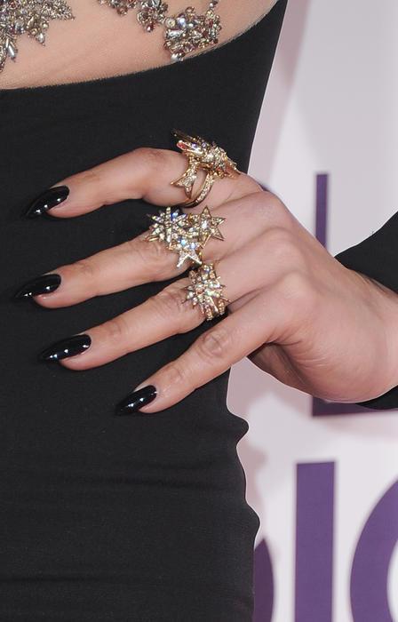 Detalle de los accesorios de Jennifer Lopez en los People's Choice Awards 2017