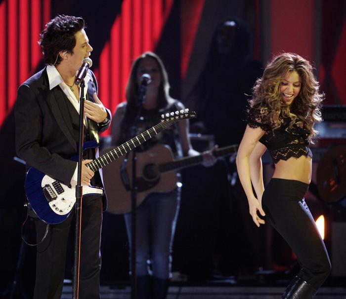 Shakira y Alenjandro Sanz cantando