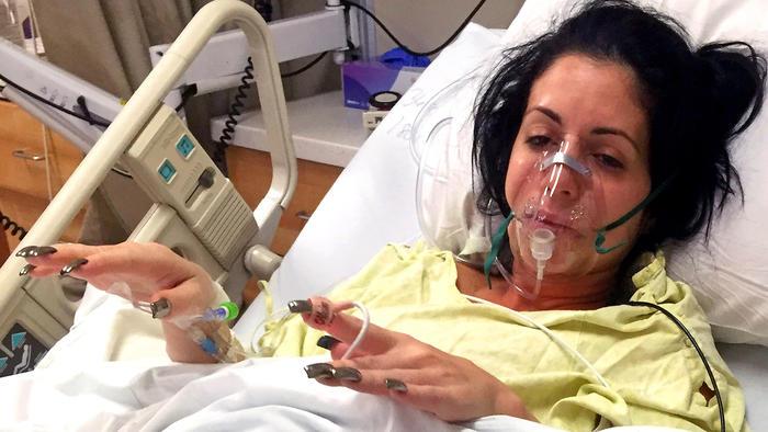 Nikki Belza hospitalizada tras infección mortal por piercing