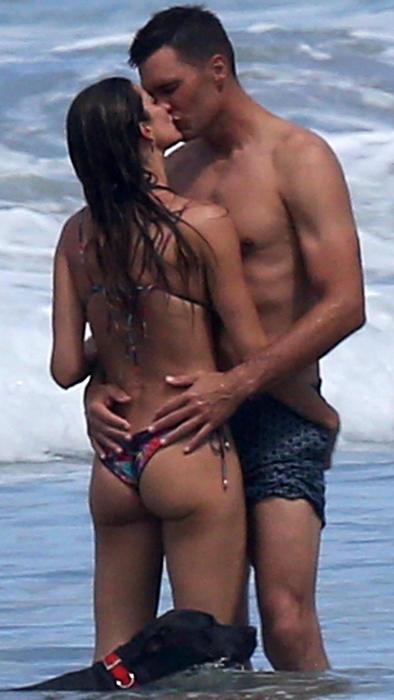 Gisele Bündchen y Tom Brady dándose un beso durante sus vacaciones en Costa Rica en julio de 2019